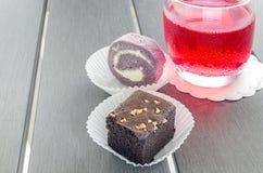 Selbst gemachte Schokoladenschokoladenkuchen oder Schokoladenkuchen mit Nüssen und Ca lizenzfreie stockfotografie