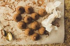 Selbst gemachte Schokoladentrüffeln auf dem Kochen der Papierdraufsicht Lizenzfreies Stockfoto