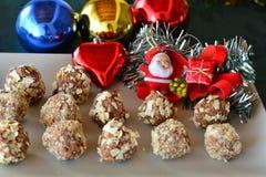 Selbst gemachte Schokoladentrüffeln mit nuts Weihnachtsnachtisch Stockbild