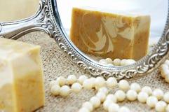 Selbst gemachte Seife im Spiegel stockbilder