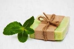 Selbst gemachte Seife mit frischen tadellosen Blättern Stockfoto