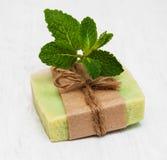 Selbst gemachte Seife mit frischen tadellosen Blättern Stockbilder