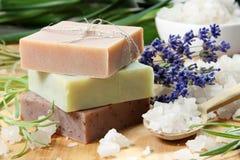 Selbst gemachte Seife mit Lavendel-Blumen Stockfotos