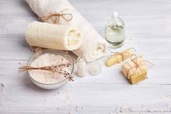 Selbst gemachte Seife, trockene Lavendelblumen und ätherisches Öl lizenzfreie stockfotos
