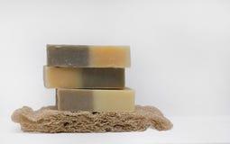 Selbst gemachte Seifen mit natürlichem Bündel auf weißem Hintergrund Lizenzfreies Stockbild