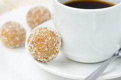Selbst gemachte Süßigkeit gemacht von den Mandeln, Ingwer und Daten und Kaffee Lizenzfreie Stockfotos