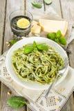Selbst gemachte Spinatsteigwaren mit Pesto und Parmesankäseparmesankäse Stockfoto