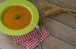 Selbst gemachte tarhana Suppe wird heißes auf dem hölzernen Schreibtisch gedient lizenzfreie stockfotografie