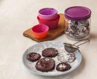 Selbst gemachte Teigwaren auf der Platte im Zuckerpulver Stockfoto