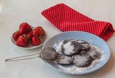 Selbst gemachte Teigwaren auf einer Platte von Erdbeeren Lizenzfreies Stockfoto