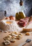Selbst gemachte Teigwaren der Ravioli mit Fleisch Stockfotos
