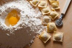 Selbst gemachte Teigwaren der Ravioli mit Fleisch Lizenzfreie Stockfotos