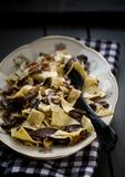 Selbst gemachte Teigwaren mit Pilzen Stockfotos