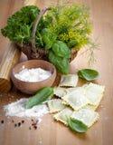 Selbst gemachte Teigwarenravioli mit frischem Basilikum, Lizenzfreies Stockfoto