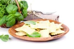 Selbst gemachte Teigwarenravioli mit frischem Basilikum Lizenzfreies Stockfoto