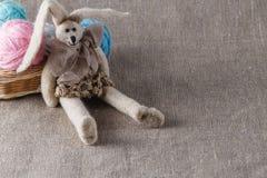 Selbst gemachte tilda Puppe und farbige Schlaufe, in zurückgezogen lizenzfreies stockbild