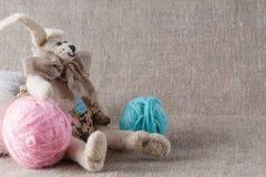 Selbst gemachte tilda Puppe und farbige Schlaufe, in zurückgezogen lizenzfreie stockfotografie