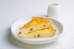 Selbst gemachte Torte auf weißem Hintergrund stockfotografie
