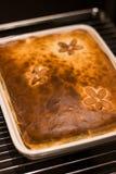 Selbst gemachte Torte in einem Ofen Stockfotos