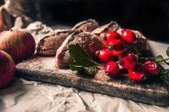 Selbst gemachte Torten und rote Beeren stockbild
