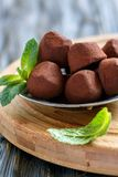 Selbst gemachte Trüffeln gemacht von der dunklen Schokolade stockfoto
