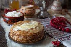 Selbst gemachte traditionelle Pfannkuchen mit Honig, Butter und Hüttenkäse Stockbilder