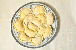 Selbst gemachte ungekochte Ravioli auf der Platte Lizenzfreie Stockfotos