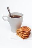 Selbst gemachte Waffeln und eine Tasse Tee Stockfoto
