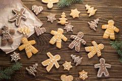Selbst gemachte Weihnachtsplätzchen auf Holztisch Lizenzfreie Stockfotos