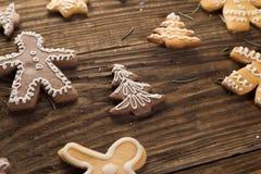 Selbst gemachte Weihnachtsplätzchen auf Holztisch Lizenzfreies Stockbild