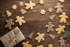 Selbst gemachte Weihnachtsplätzchen auf Holztisch Stockbild