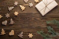 Selbst gemachte Weihnachtsplätzchen auf Holztisch Stockfoto