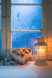Selbst gemachte Weihnachtsplätzchen auf weißer Tabelle mit blauem Fenster Lizenzfreie Stockbilder