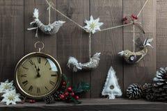 Selbst gemachte Weihnachtsvogeldekorationen mit Weinleseuhr Stockbilder