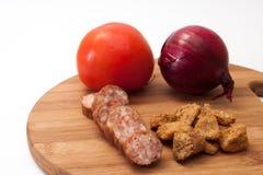 Selbst gemachte Wurst und Schweinefleisch Scratchings dienten mit Tomaten und O stockfotos
