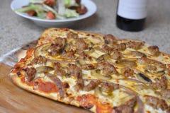 Selbst gemachte Wurstpizza Stockbild