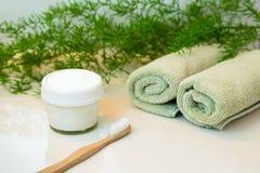 Selbst gemachte Zahnpasta- und Bambuszahnbürste, Tücher und Grüns an Lizenzfreies Stockfoto