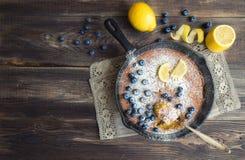 Selbst gemachte Zitronentorte in der Eisenbratpfanne Lizenzfreie Stockfotografie