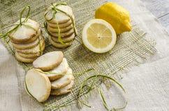 Selbst gemachte Zitronenzuckerplätzchen oben gebunden mit Seil auf Leinentischdecke Lizenzfreies Stockbild
