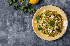 Selbst gemachte Zucchini Zoodles-Teigwaren mit Kiefernnüssen und Feta Stockbilder
