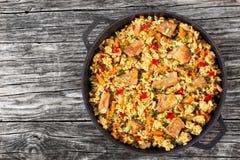 Selbst gemachte zugebereitete Paella mit Fleisch, Pfeffer, Gemüse stockbilder