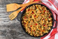 Selbst gemachte zugebereitete Paella mit Fleisch, Pfeffer, Gemüse lizenzfreie stockfotos