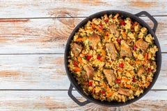 Selbst gemachte zugebereitete Paella mit Fleisch, Pfeffer, Gemüse lizenzfreie stockfotografie