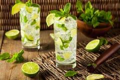 Selbst gemachter Alkoholiker Mojito mit Kalk lizenzfreie stockfotografie