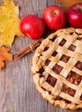 Selbst gemachter Apfelkuchen, Äpfel und Herbstlaub Stockfotografie