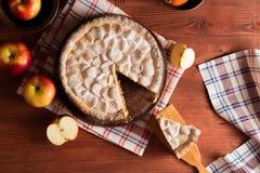 Selbst gemachter Apfelkuchen auf einem Holztisch stockbilder