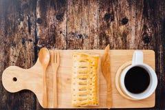 Selbst gemachter Apfelkuchen auf Gebäck und Schale schwarzem Kaffee Lizenzfreie Stockfotografie
