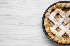 Selbst gemachter Apfelkuchen auf weißem Holztisch, Draufsicht Flache Lage, obenliegend, von oben Kopieren Sie Platz stockbild