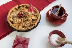 Selbst gemachter Apfelkuchen, mit Geschenk und Tasse Tee lizenzfreie stockbilder