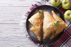 Selbst gemachter Apfelkuchenumsatz auf einer Platte horizontale Draufsicht Stockfotos